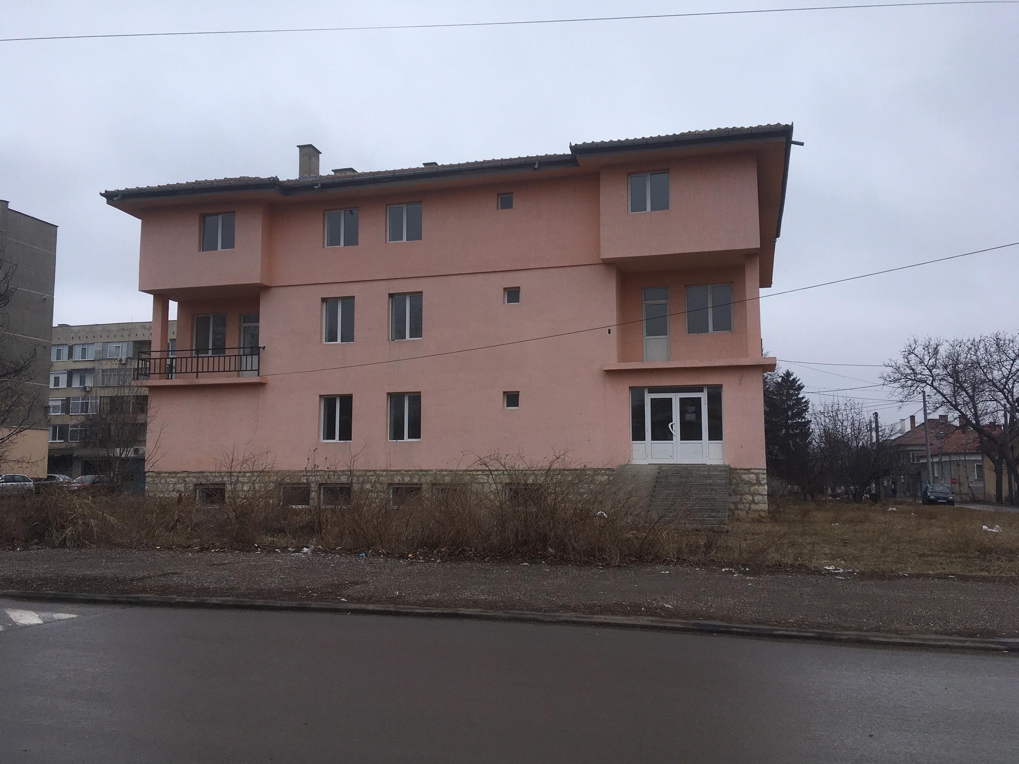 сграда срещу пожарната